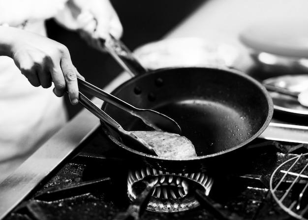 シェフ調理、シェフ調理、キッチンで料理を飾るシェフ Premium写真