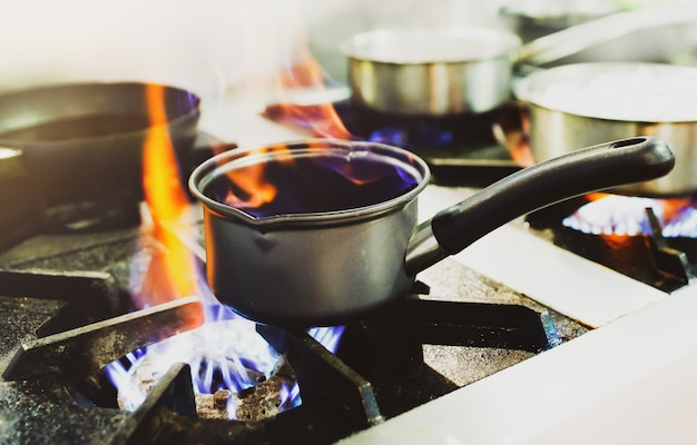 Шеф-повар готовит, шеф-повар готовит еду, шеф-повар украшает блюдо на кухне Premium Фотографии