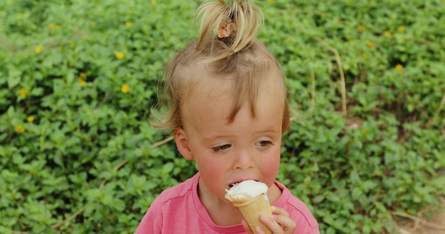 アイスクリームを食べるかわいい幼児男の子。アイスクリームを食べる汚れた顔を持つ子供 Premium写真