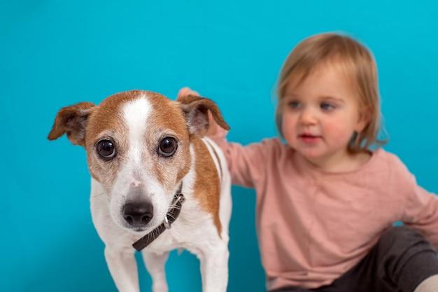 Размытый ребенок гладит очаровательную собаку Premium Фотографии
