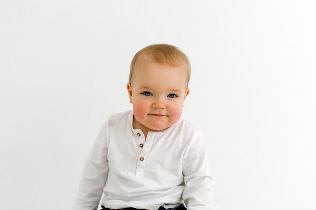 Радостный маленький ребенок с воздушными шарами в студии Premium Фотографии