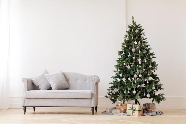 クリスマスツリーとグレーソファ Premium写真