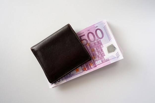 Пачка денег в коричневом кошельке Premium Фотографии