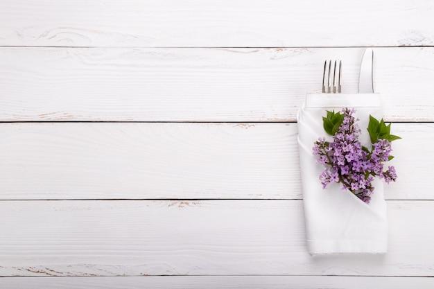 ビンテージカトラリーと春のお祝いテーブルの設定 Premium写真