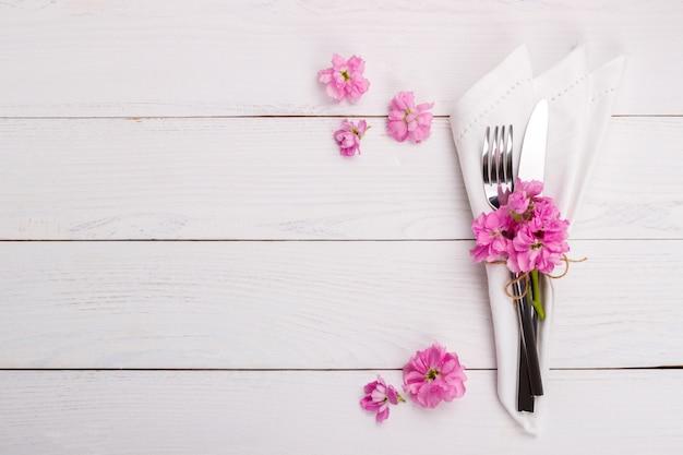 Сервировка стола весной или летом Premium Фотографии