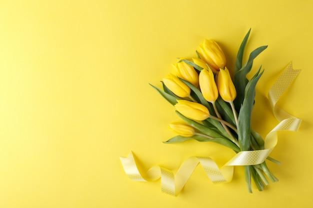 黄色いチューリップの花束 Premium写真