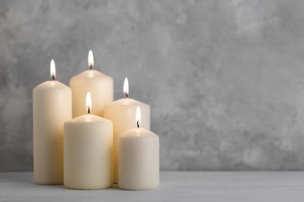 Набор белых свечей Premium Фотографии