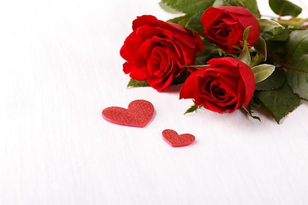 赤いバラとハート Premium写真