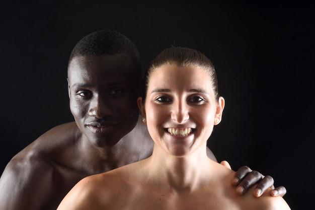 黒の背景上のカップルの肖像画 Premium写真