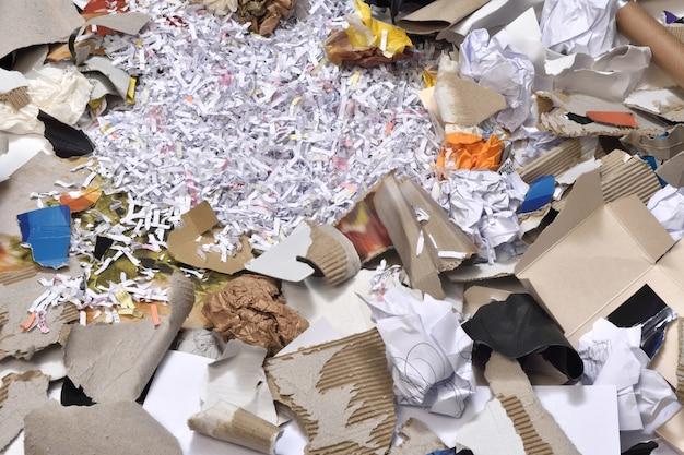リサイクルする容器の中の紙 Premium写真