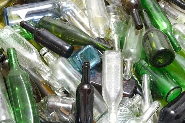 ガラスリサイクル容器内のガラス瓶 Premium写真