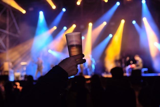ライブ音楽のコンサートでアルコールのグラス Premium写真