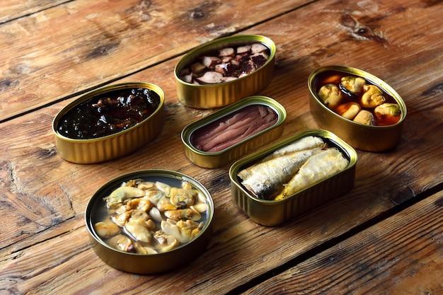 テーブルの上のブリキ缶 Premium写真
