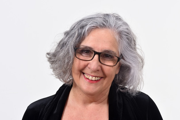 Портрет женщины, улыбаясь на белом фоне Premium Фотографии