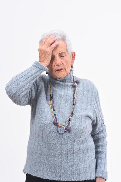 Женщина старшия головной боли предпосылки белая Premium Фотографии