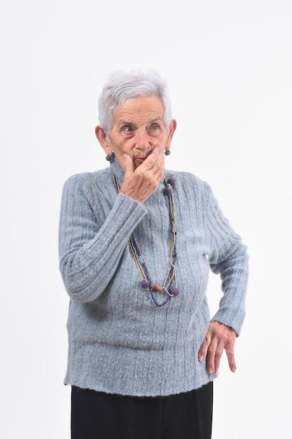 白い背景の上の疑問や質問を持つ年配の女性 Premium写真