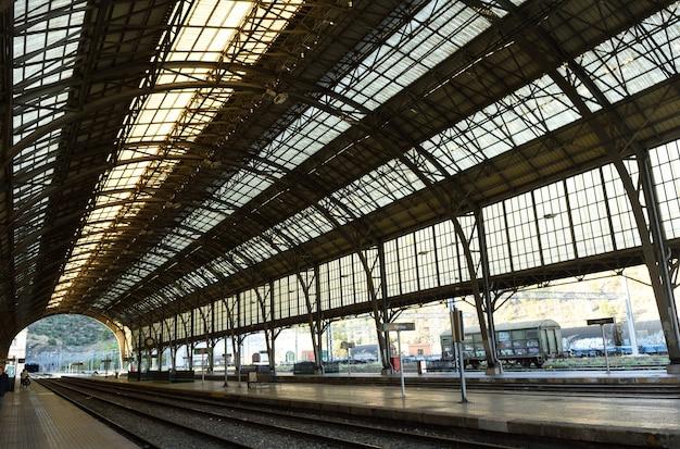 Железнодорожный вокзал портбу Premium Фотографии