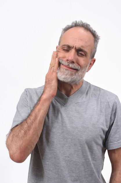 白い背景の上に挽くの痛みを持つ男 Premium写真