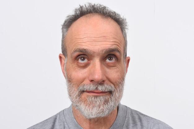 白い背景の上探している男の肖像 Premium写真