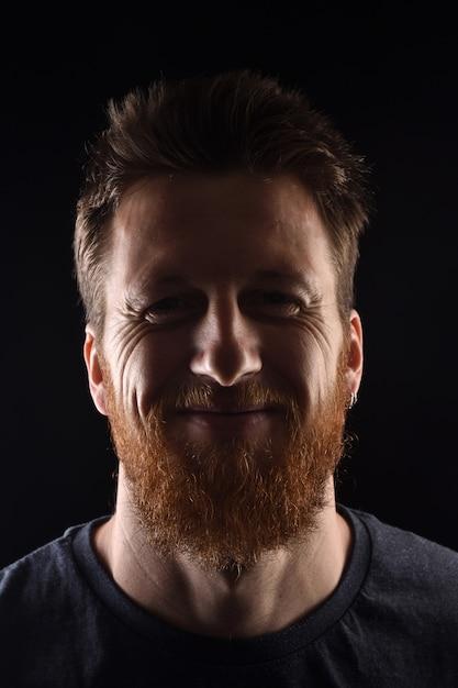 黒の笑みを浮かべて男の肖像 Premium写真