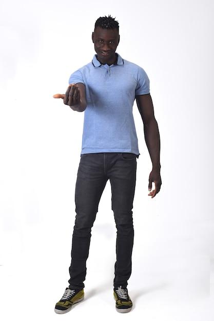Африканец, пойдем со мной на белом фоне Premium Фотографии