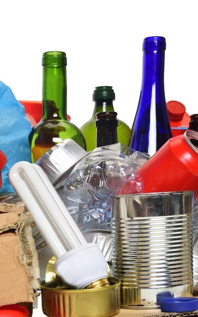 紙、ガラス瓶、缶、ペットボトル、電球でリサイクルするためのゴミ Premium写真