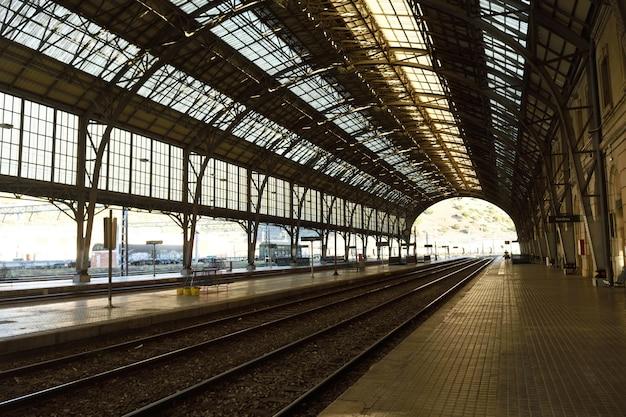 Железнодорожный вокзал портбу, провинция жирона, каталония, испания Premium Фотографии