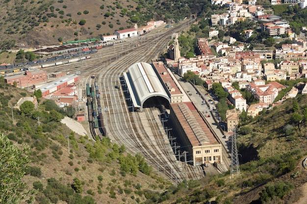 Повышенный вид на железнодорожный вокзал портбу, провинция жирона, каталония, испания Premium Фотографии