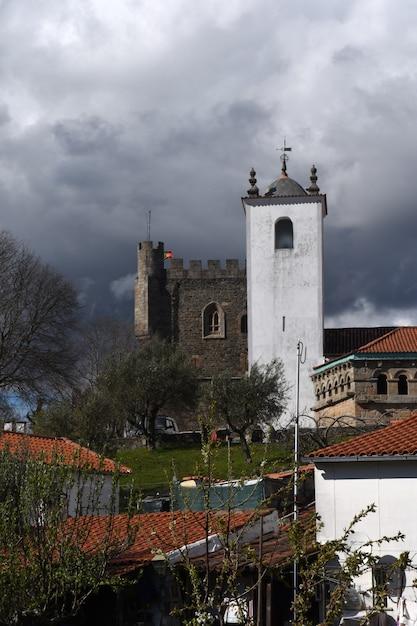 Санта-мария-ду-каштелу, церковь и замок в фоновом режиме. браганса, округ браганса, северный регион, португалия, европа Premium Фотографии