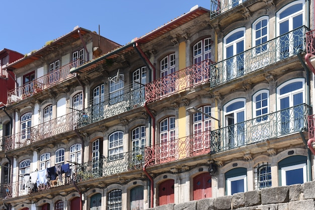 Разноцветные дома вдоль реки дору в городе порту, португалия (рибейра) Premium Фотографии