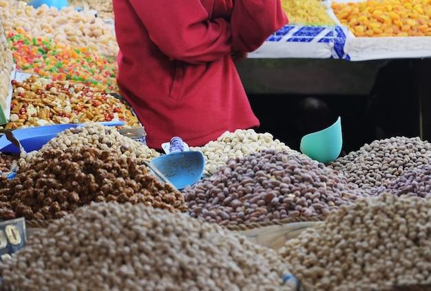 スローク市場でモロッコのナッツとドライフルーツショップ。フェズ、モロッコのメディナ。 Premium写真