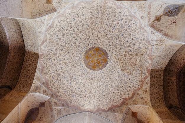 花柄をモチーフにしたヴィンテージペルシャ模様の装飾が施された天井。 Premium写真