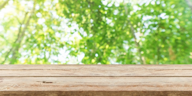 自然の前に木製のテーブルトップぼかし背景のボケ味とコピースペース。製品の展示またはモンタージュ Premium写真