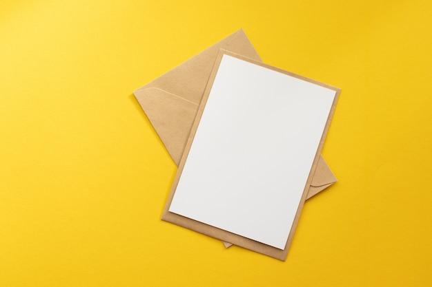 クラフト茶色の紙封筒テンプレートを空白の白いカード Premium写真