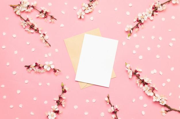 Свадебные приглашения с розовыми цветами на розовом фоне Premium Фотографии