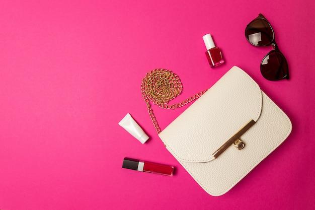 美容アクセサリーや化粧品の付いた化粧品袋。フラットレイ Premium写真