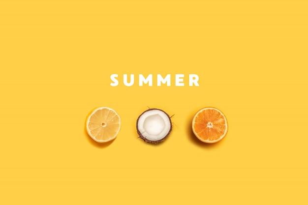 黄色の背景に熱帯の夏のフルーツパターン Premium写真