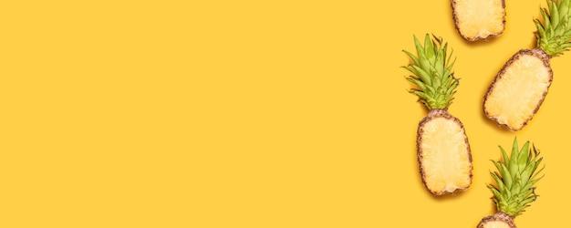 最小限のスタイルの黄色の背景に新鮮な半分スライスパイナップル。 Premium写真