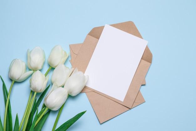 母の日。フラットチューリップと手紙とクラフト封筒の平面図、 Premium写真