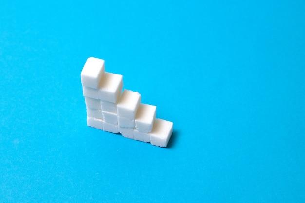 砂糖で作られた概念の階段。砂糖が多すぎると健康上の問題につながります。 Premium写真