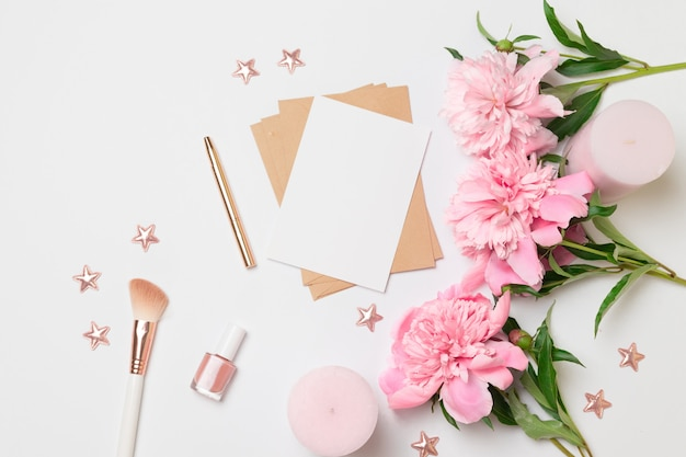 花と水平のミニマリストカードのフラットレイアウトトップビュー Premium写真