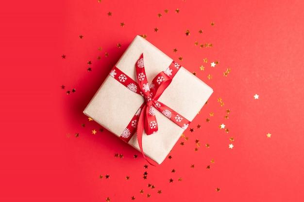 赤の金の星の装飾が施されたギフトボックスの平面図です。誕生日、母の日、結婚式には最小限です。 Premium写真