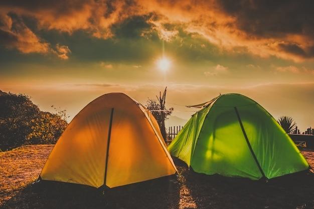 キャンプとテントドイアンカーンチェンマイ、タイでの霧の雲の上の日の出夕日と高台 Premium写真