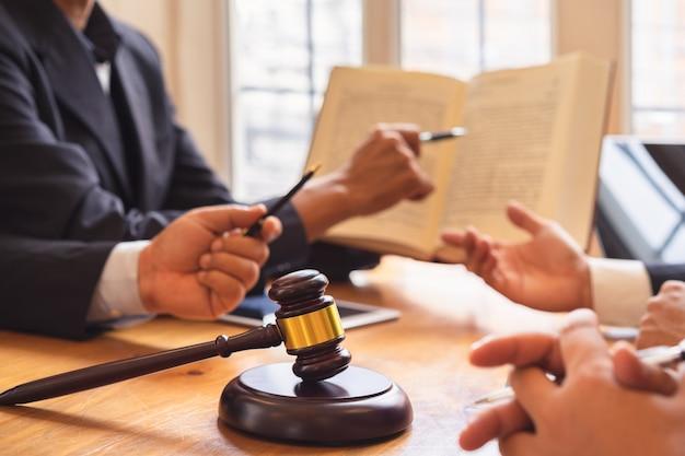 ビジネスマンと弁護士または裁判官チームの共同投資会議、法律、アドバイス、法律サービス。 Premium写真
