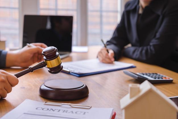 共同投資事業および弁護士または裁判官チームが契約契約に署名し、法律の概念、助言、法律サービスを提供します。 Premium写真