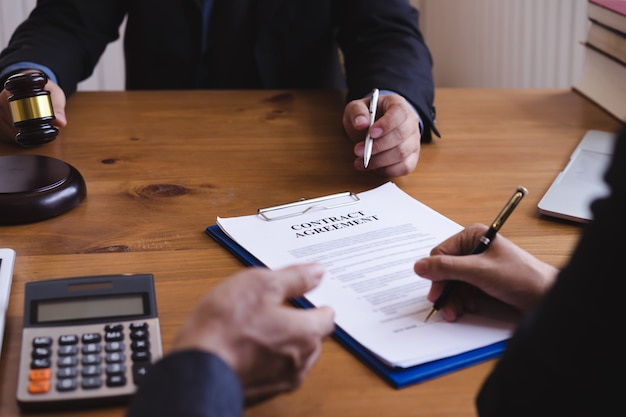共同投資会議、法律の概念、アドバイス、法律サービスについて議論するビジネス人々と弁護士または裁判官チームのグループ。 Premium写真