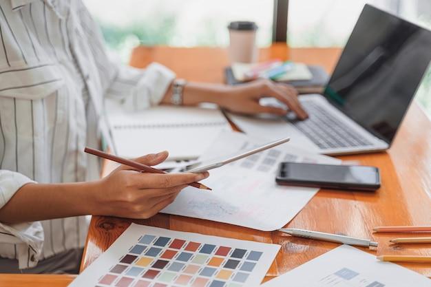 Креативный стартап-графический дизайнер, специализирующийся на создании экрана, программировании, программировании мобильного приложения с макета прототипа и каркаса. Premium Фотографии