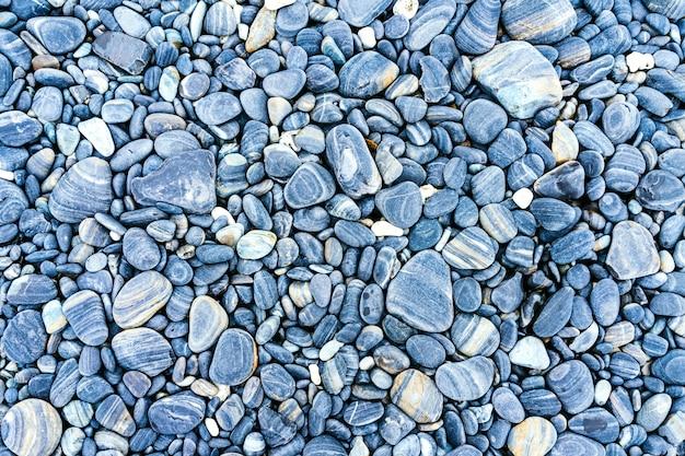 色とりどりの石と海の小石のビーチ Premium写真