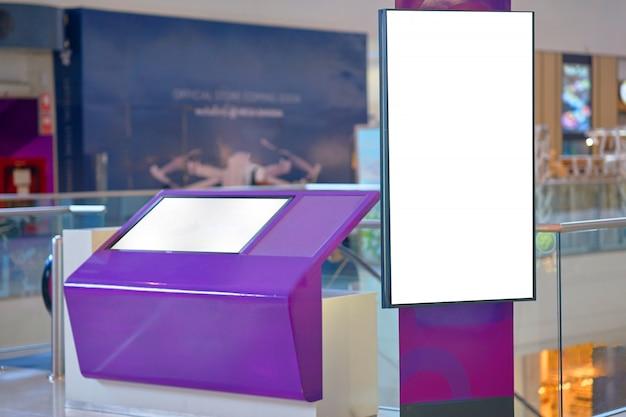 モールのボードとポスターの壁にモックアップ Premium写真
