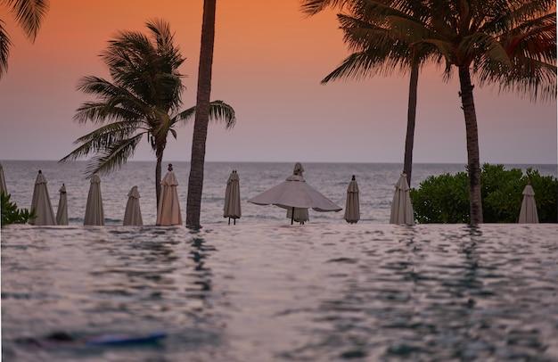 水プールのあるビーチフロント Premium写真